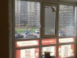 Так выглядит изнутри окно, оклеенное сверху перфопленкой, а снизу сплошной пленкой